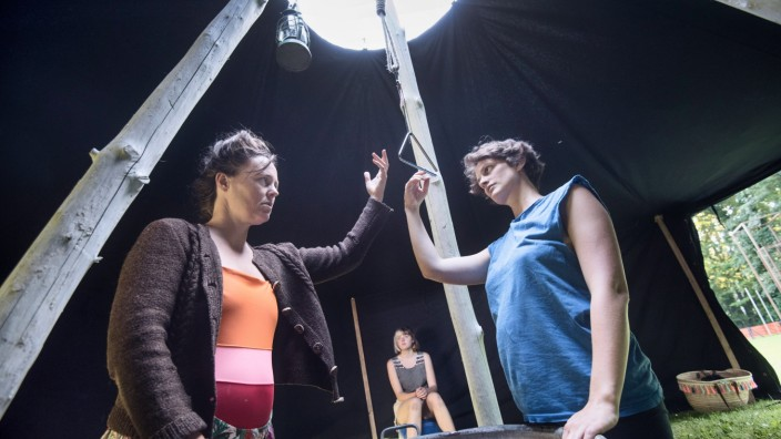 Theater: Die ganze Welt in einem Zelt: Zora Klare-Thiessen und Antonia Eleonore Hölzel (v.li.) bei den Proben am Schondorfer Seeufer.