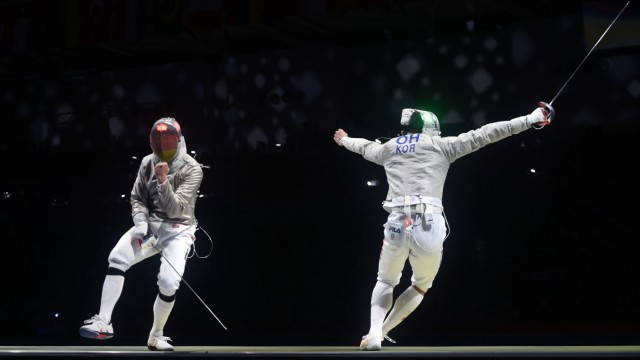 (210728) -- TOKYO, July 28, 2021 -- Oh Sanguk (R) of South Korea scores from Max Hartung of Germany during the fencing