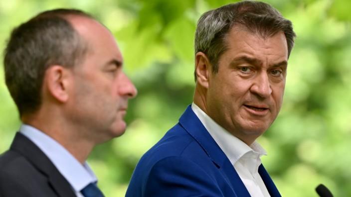 CSU-Chef Markus Söder (re.) und Hubert Aiwanger, Chef der Freien Wähler. Söder fürchtet, dass Stimmen für den bayrischen Koalitionspartner auf Kosten der CSU gehen.