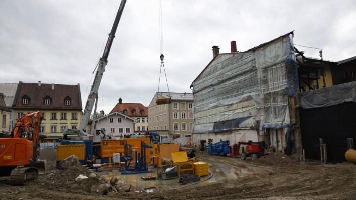 Wolfratshausen: Vom alten Isar-Kaufhaus ist schon nichts mehr zu sehen. Bald soll hier der Kelleraushub für den Neubau beginnen.