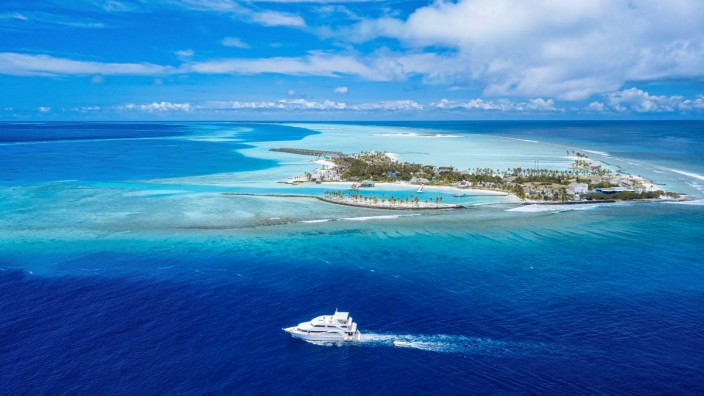 Maldives, Kaafu atoll, Viligilimathidhahuraa island and Thulusdhoo island in tropical blue sea KNTF06216