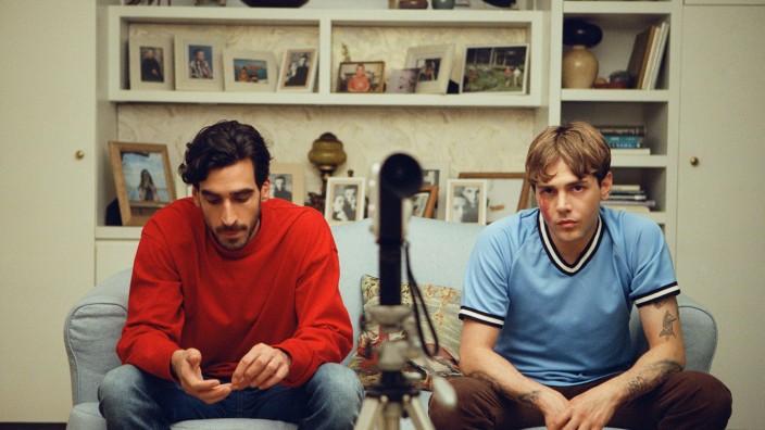 """""""Matthias & Maxime"""" im Kino: Gabriel D'Almeida Freitas und Xavier Dolan als """"Matthias & Maxime""""."""