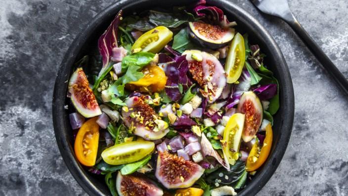 Mixed salad with fig tomato ham cheese pistachio PUBLICATIONxINxGERxSUIxAUTxHUNxONLY SARF03974