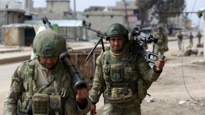 Afghanistan: Türkische Soldaten in Syrien: In Afghanistan soll Militär aus Ankara den Flughafen Kabul bewachen, wovon sich Präsident Erdoğan mehr Macht in der Region erhofft. Doch die Taliban drohen schon.
