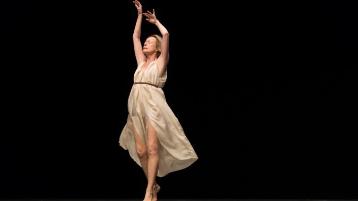 Tanz: Fließend: Die 70-jährige Elisabeth Schwartz interpretiert Isadora Duncan.