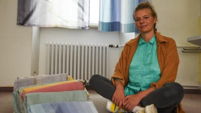 Im Kloster Schlehdorf: Kuratorin Anna Schölß mit einer Installation aus gefundenen Gegenständen des Klosters.