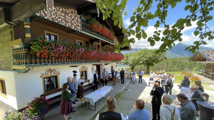 Wirtshaus am Streichen: Schön rausgeputzt ist das Wirtshaus am Streichen, als es am Donnerstag von den Wirtsleuten an das Kulturerbe Bayern übergeben wird.