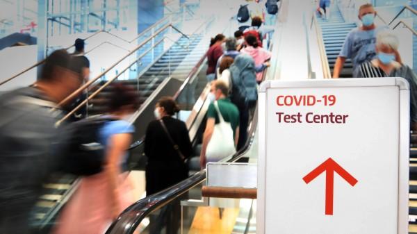 22.07.2021, Berlin - Brandenburg - Deutschland. Hinweis auf ein Corona-Testcenter im Flughafen BER. *** 22 07 2021, Berl