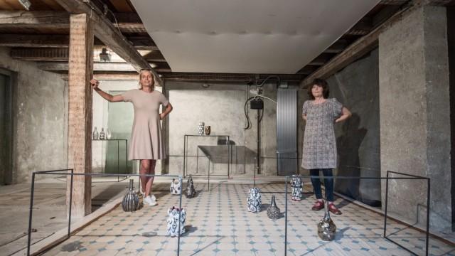 Ausstellung: Reizvolle Kontraste: Ute Beck und Susanne Mansen stellen in einem alten Industriegebäude in Possenhofen aus.