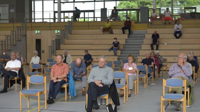 Ismaning: Mehr Abstand als nötig: Die Zuhörerplätze in der nagelneuen Ismaninger Ballsporthalle waren während des Rechenschaftsberichts von Bürgermeister Greulich nur spärlich besetzt.