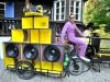 Riederau : LaBrassBanda Schlagzeuger Manuel da Coll am mobilen E-Bike-Sound-System