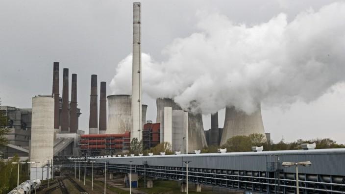 Energie: Braunkohlemeiler von RWE im Rheinland: Der Essener Konzern steckt in einem langwierigen Wandel von Großkraftwerken hin zu erneuerbarer Energie.
