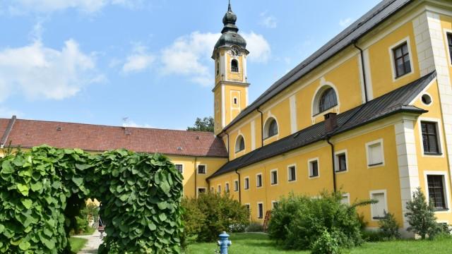 Tatort-Dreh in Oberaudorf: Das Kloster Reisach in Oberaudorf wurde Ende 2019 aufgelöst. Seitdem stehen die sanierungsbedürftigen Gebäude leer.