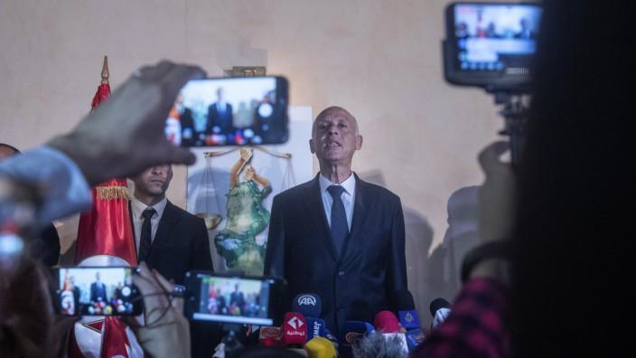 Tunesien: Regiert Tunesien derzeit weitgehend allein: Präsident Kaïs Saïed.
