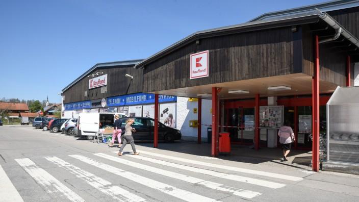 Einkaufen im Oberland: Außen eher barackenartig, innen ein Vollsortimenter, der in Bad Tölz zu den erfolgreichsten Einzelhändlern zählt. Nun soll saniert und erweitert werden.