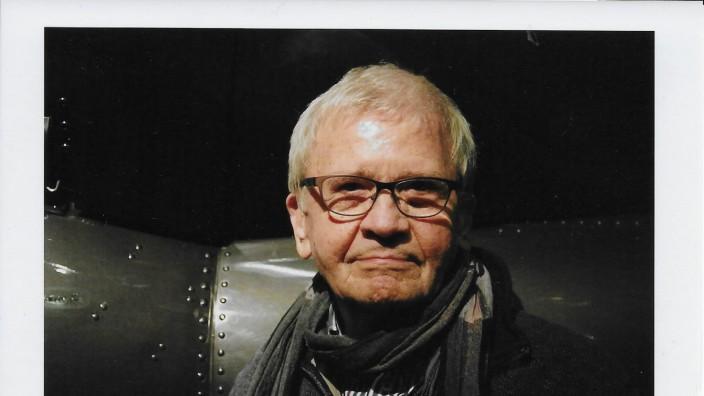"""Interview mit Jost Vacano: Kameramann Jost Vacano vor dem Modell der U-96 in der Bavaria-Filmstadt. Der Oscar-nominierte Film """"Das Boot"""" war auch finanziell sehr erfolgreich."""