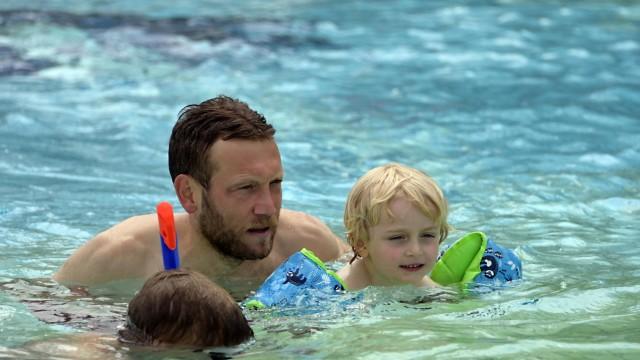 Schwimmunterricht in den Ferien: Früh übt sich: Besser Kinder fangen zeitig an, schwimmen zu lernen, wie hier im Unterhachinger Freibad.