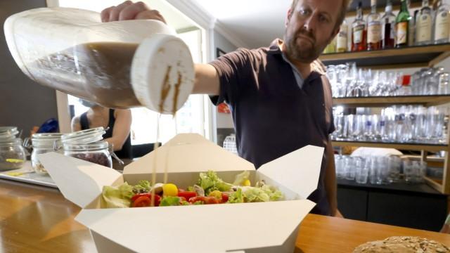 Freising ist gerüstet: Steffen Irion vom Parkcafe packt Essen zum Mitnehmen schon vor Ablauf der Übergangsfrist in Karton-Boxen. Noch bis Ende des Jahres dürfen Hande lund Gastronomie Restbestände aus Plastik ausgegeben, dann ist Schluss.