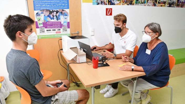 Puchheim: Bei der Impfaktion in der Planie helfen Moritz Kahl (Mitte) und die Ärztin und ehemalige Landtagsabgeordnete, Kathrin Sonnenholzner, mit.
