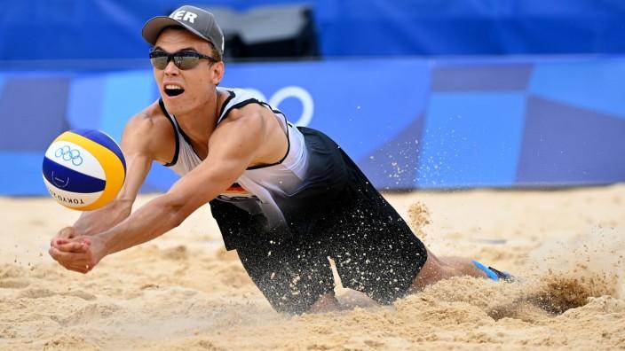Beachvolleyball-Duo Wickler/Thole: Julius Thole baggert den Ball aus dem Sand.