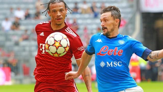 10 Leroy Sane (FCB) gegen Mario Rui (Napoli) Fussball / Audi Football Summit / FC Bayern Muenchen - FC Napoli / Allianz