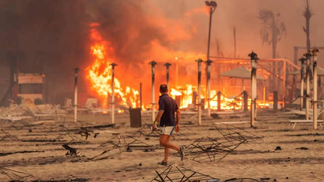 Incendi al largo di Le Cabanine a Catania, Sicilia