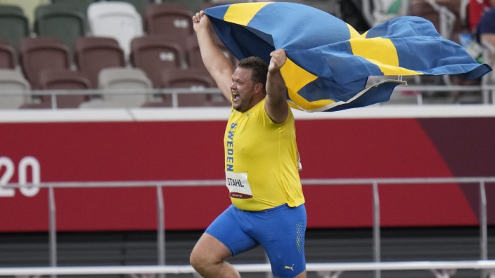 Diskuswerfen: Daniel Stahl jubelt nach seinem Olympiasieg mit der schwedischen Fahne.
