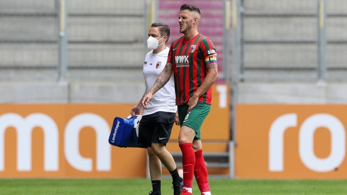 Jeffrey Gouweleeuw 6 (FC Augsburg) muss verletzt vom Platz, FC Augsburg vs. Cagliari Calcio, Testspiel, 31.07.2021 Augs