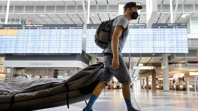 Ferienbeginn am Flughafen: Hat viel zu transportieren: Flo Ragossnig auf dem Weg nach Fuerteventura