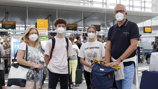 """Ferienbeginn am Flughafen: Die Urlaubsplanung war """"diesmal nicht so unbeschwert wie sonst"""": Vater Marc, Sohn Henri, Mutter Anja und Tochter Marie auf dem Weg in die Ferien"""