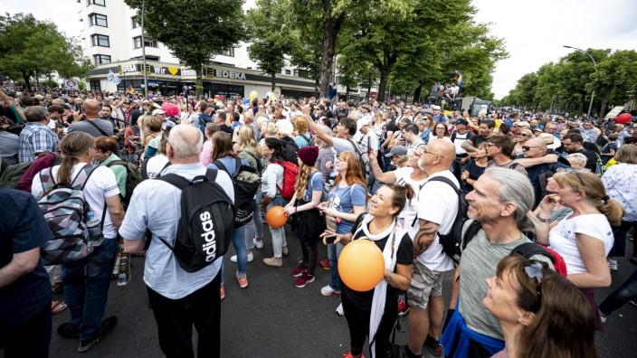 Unangemeldete Demo gegen die Corona-Maßnahmen in Berlin - trotz Demonstrationsverbot.