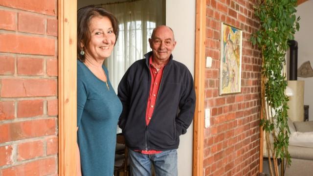 SZ-Serie: Wer wohnt denn da?: Ursula Wöhlcke und Andrei Stefanescu leben seit 2007 zur Miete in dem ehemaligen Streckenwärterhaus zwischen Icking-Irschenhausen und Ebenhausen.