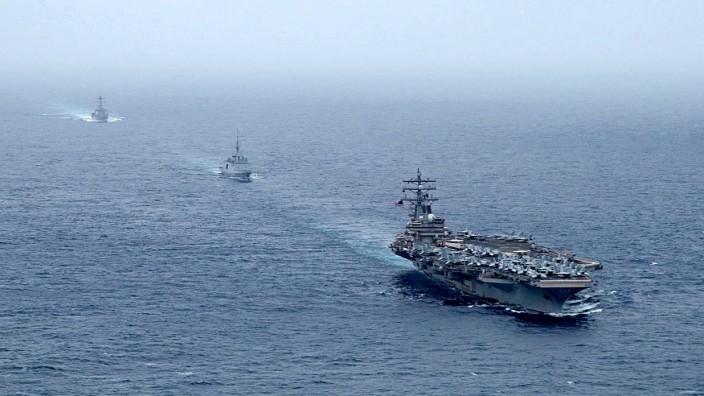 Golf von Oman: Eskorte im Arabischen Meer: Nach dem Beschuss erhielt die MT Mercer Street Hilfe von der US-Marine.