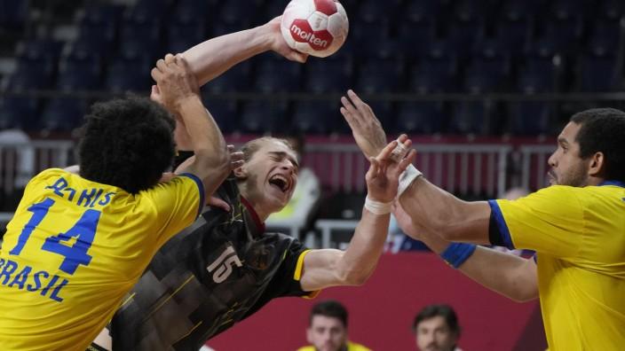Handball: Noch einer, der sich mit Raffinesse durch die Abwehr wühlt: Juri Knorr gegen Brasilien.