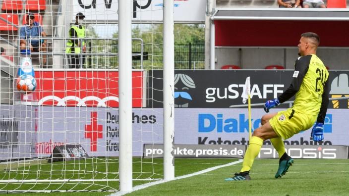 Torwart Fabijan Buntic (FC Ingolstadt, Nr.24) kommt zu spaet, von der Mittellinie aus zieht Tim Kleindienst (1. FC Heid
