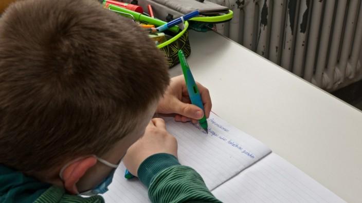 Schule und Corona: Für manche Schüler beginnen oder enden die großen Ferien mit zusätzlichen Hausaufgaben.