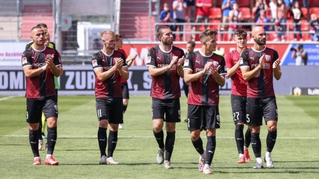 2.BL; FC Ingolstadt 04 - 1. FC Heidenheim; Niederlage 1:2, Spieler bedanken sich bei den Fans, Dennis Eckert Ayensa (7,