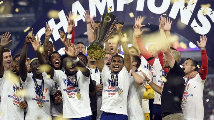Internationaler Fußball: Zum siebten Mal Gold-Cup-Sieger: Die US-Fußballer feiern ihren Erfolg gegen Mexiko.