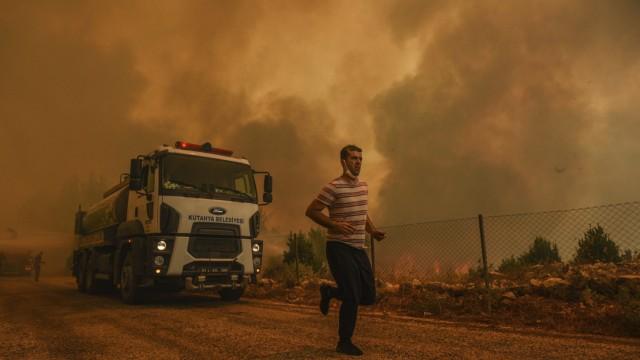 Brände im Mittelmeerraum: Auch in Sırtköy bei Manavgat, Provinz Antalya, brennt es. Dort sollen die Temperaturen auf 40 Grad Celsius und mehr steigen.