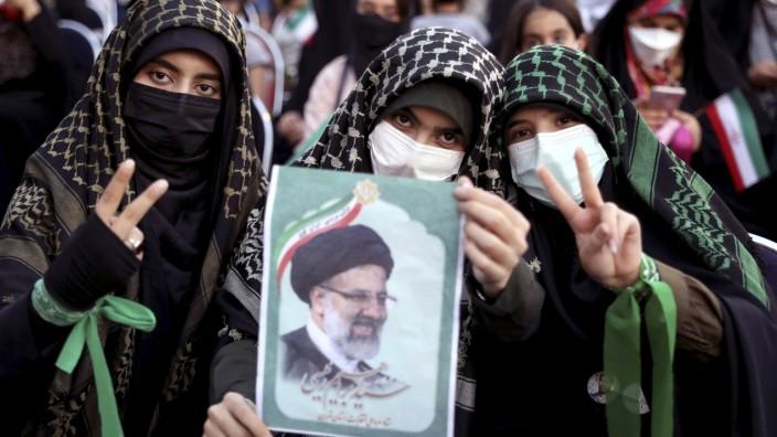 Anhängerinnen von Ebrahim Raisi feiern dessen Sieg bei den Präsidentschaftswahlen in Iran.