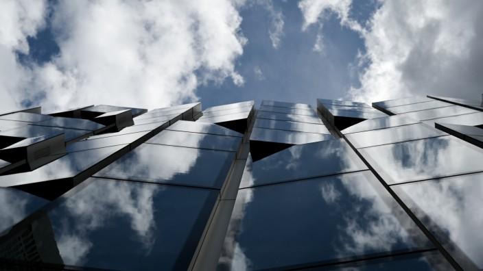 DWS - Wolken spiegeln sich in der Fassade