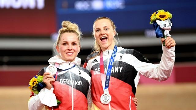Bahnrad: Jubel auf dem Podest: Lea Sophie Friedrich (rechts) und Emma Hinze.