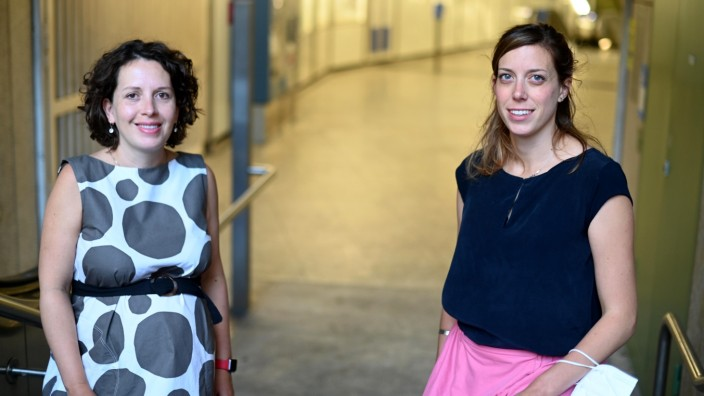 """Kunstprojekt: Die Kulturmanagerinnen Mariana Bareuther Sesma und Jessica Capra sind die Köpfe hinter dem Fotoprojekt """"the essentials""""."""
