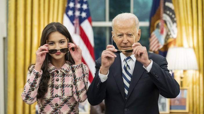 Entertainment Themen der Woche KW28 STYLELOCATIONU.S President Joe Biden poses with teen pop star Olivia Rodrigo in the