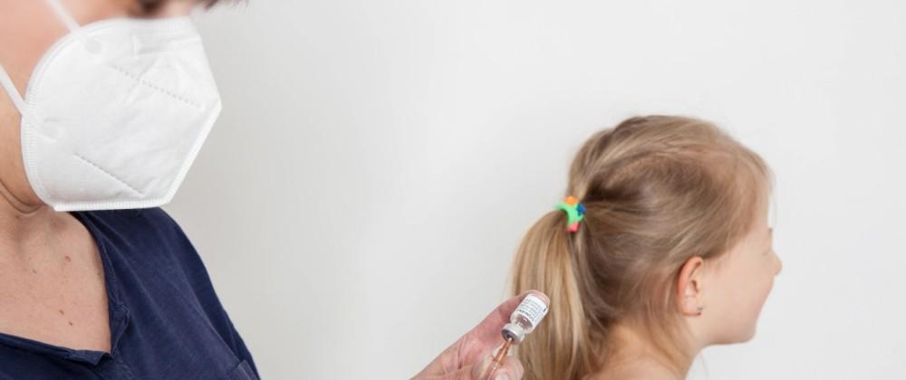 Bamberg, Deutschland 27. Mai 2021: Eine Person mit Schutzhandschuhen zieht mit Hilfe einer Impfspritze eine Impfdosis mi