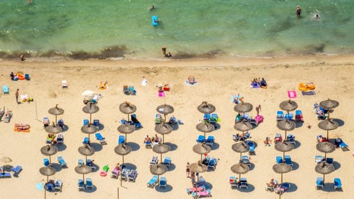 Luftbild, Strandleben, Abstandsregel Corona, Bucht von Santa Ponsa, Playa Santa Ponsa, Galatzo (Santa Ponca) (Urbanitzac