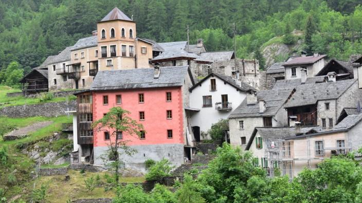 Urlaub im Tessin: Das vom Verfall bedrohte Fusio ist wieder zum Leben erwacht. Viele traditionelle Steinhäuschen haben neue Eindeckungen bekommen und die Fassaden einiger markanter Bauten zarte, frische Farben.