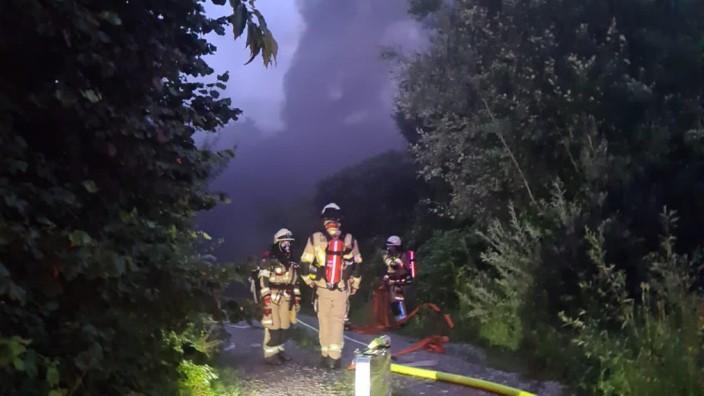 Millionenschaden in Gräfelfing: In den frühen Morgenstunden kämpfte die Feuerwehr gegen die Flammen. Eine Herausforderung war die teilweise schwierige Zugänglichkeit zum Förderband.