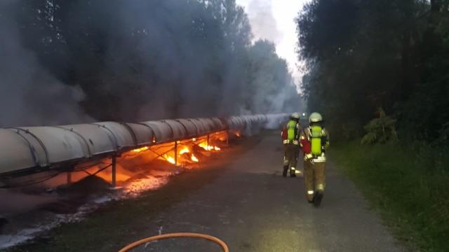 Millionenschaden in Gräfelfing: Auf dem Gelände stand ein Förderband auf einer Länge von etwa 350 Metern in Flammen.