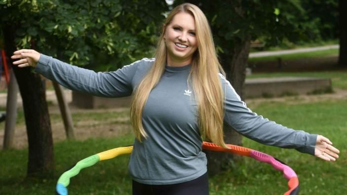 Bewegung und Gesundheit: Corinna Loroff lässt die Hüften kreisen, gibt Tipps und nimmt sehr viel ab.